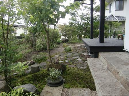 大谷敷石と和庭の苔むす露地  建築:五蔵舎 秋田市手形山 谷内様邸